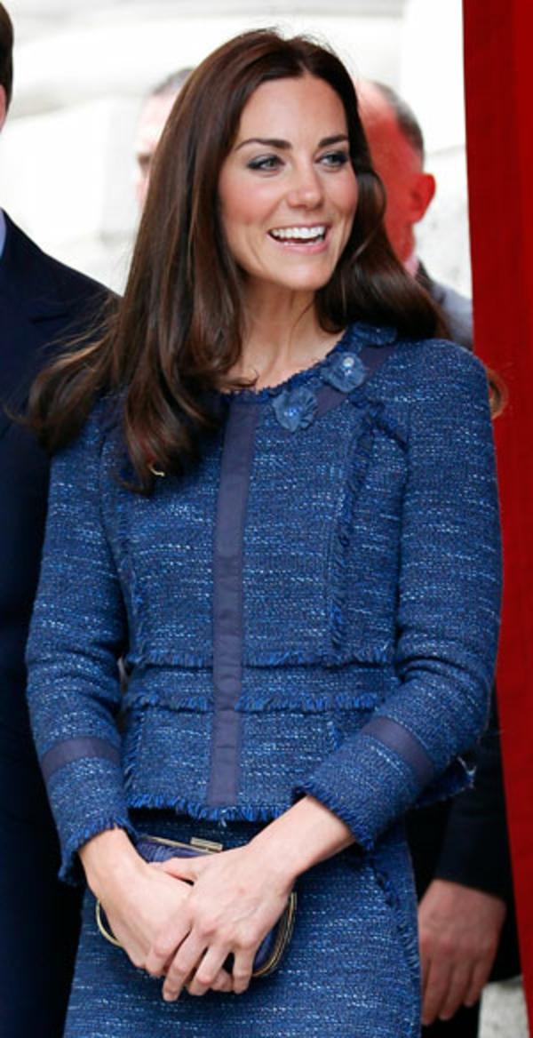 veste-en-tweed-bleue-portée-par-Kate-Middleton