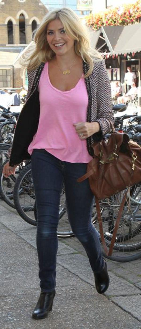 veste-en-tweed-et-un-t-shirt-rose