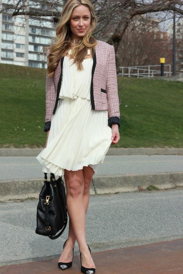 veste-en-tweed-et-une-robe-ivoire