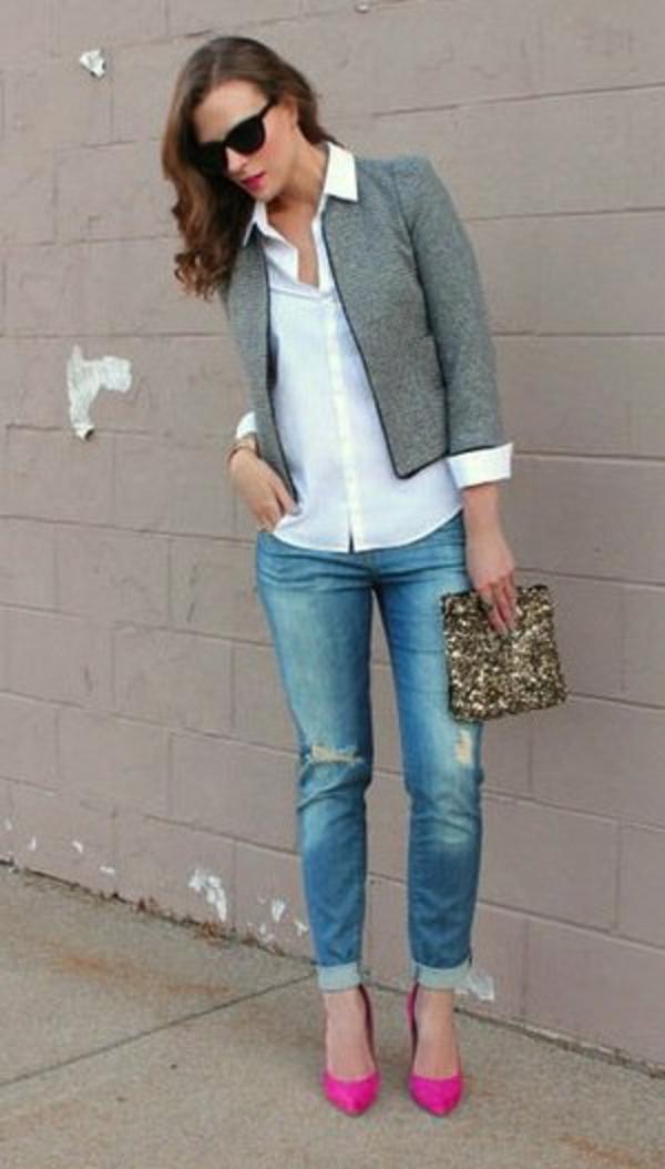 veste-en-tweed-grise-portée-avec-des-jeans-et-une-chemise-blanche