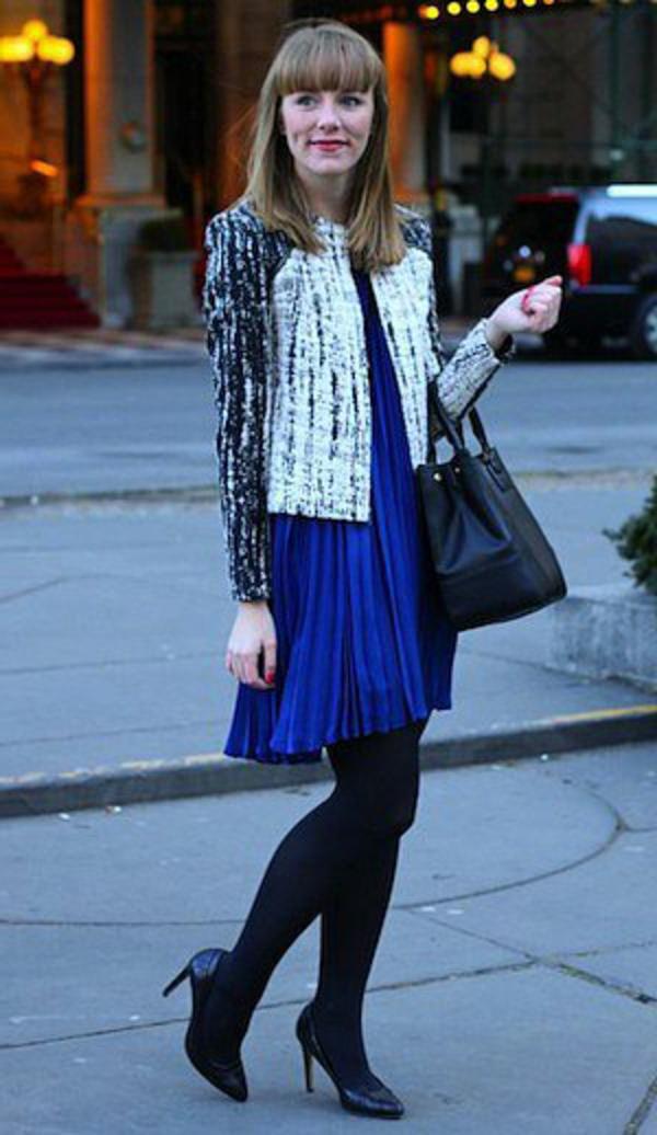 veste-en-tweed-originale-assortie-avec-une-robe-bleue