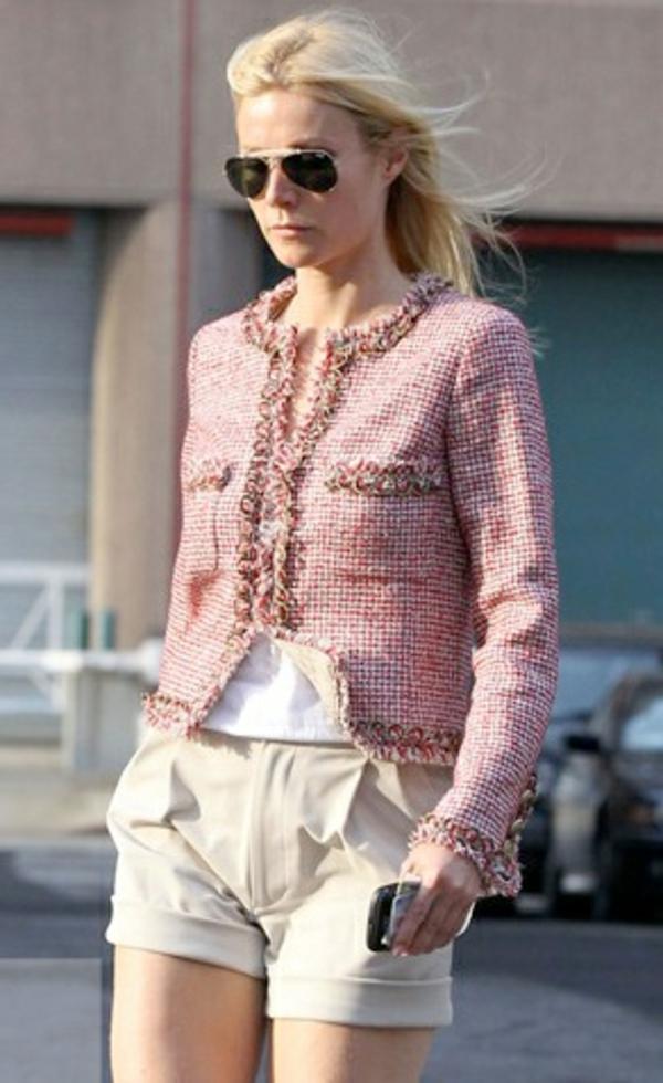 veste-en-tweed-rose-et-pantalon-beige