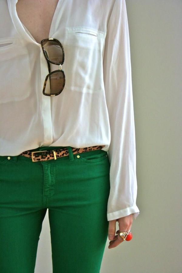 vintage-combinaison-d'une-chemise-blanche-femme-et-pantalon-en-vert