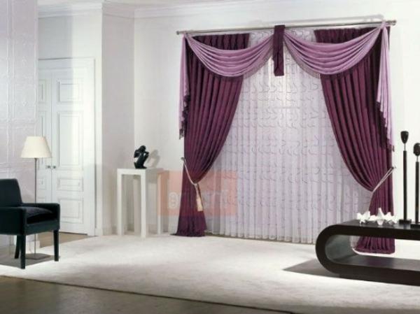 violet-rideaux-avec-meubles-moderne-avec-fauteuille-blanc-