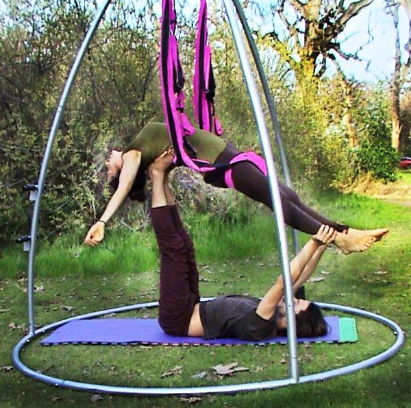 Acro-Yoga-Swing_Back-avec-une-balançoire-cool