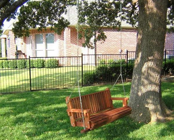 balancelle-de-jardin-suspendue-d'un-arbre
