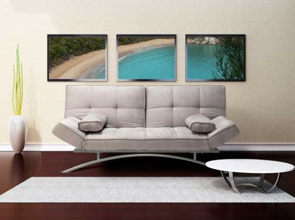 Sofa-en-blanc-et-un-tapis-et-des-peinture-et-une-table