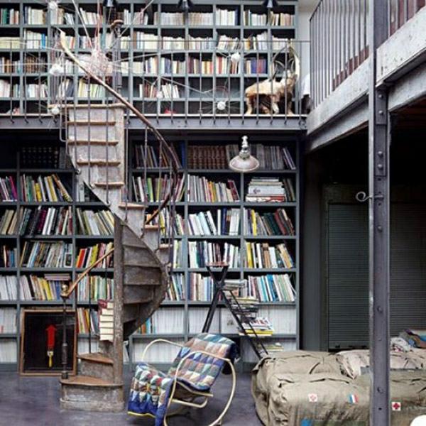 appartement-atypique-à-Paris-loft-parisien-bibliothèque-et-escalier