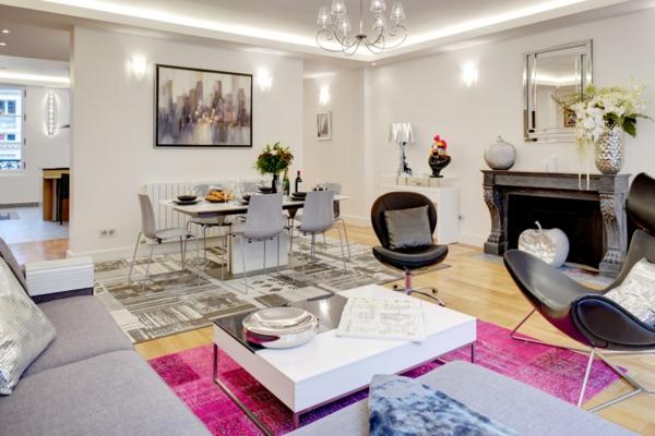 appartement-atypique-à-Paris-tapis-lilas-lustre-pendant-et-mobilier-moderne