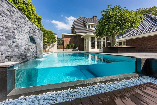 fontaine-murale-cour-moderne-piscine-infinie-design