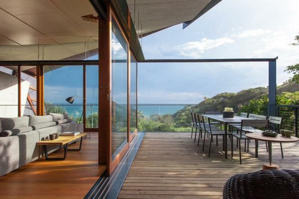 baie-vitrée-coulissante-encadrement-en-bois-et-un-coin-de-déjeuner-extérieur