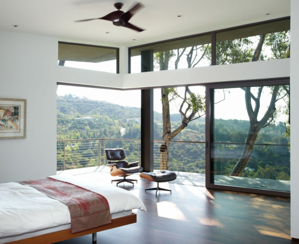 baie-vitreé-coulissante-encadrement-en-bois-chambre-à-coucher