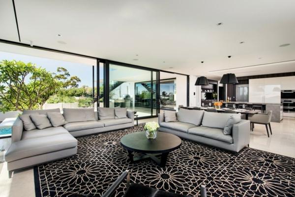baie-vitreé-coulissante-encadrement-noir-un-large-salon-contemporain