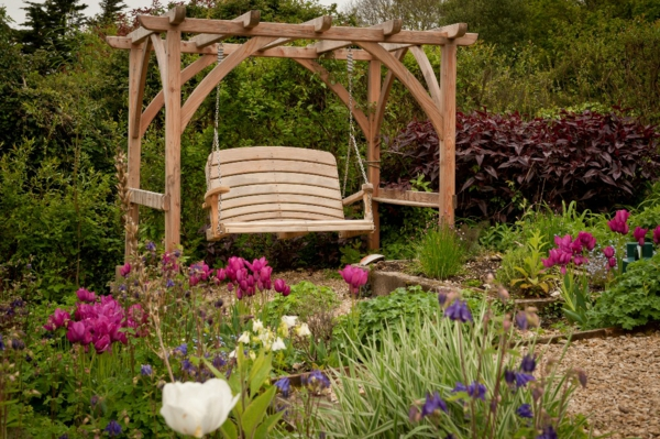 balancelle-de-jardin-avec-pergola-dans-un-jardin-splendide