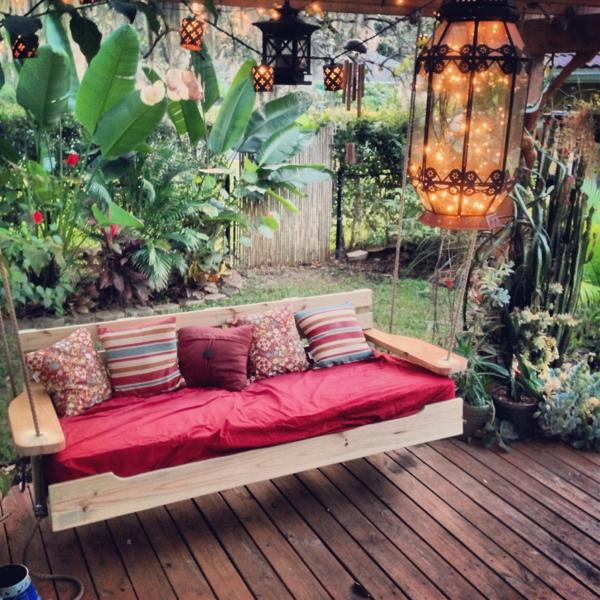 balancelle-de-jardin-lanternes-décoratives-et-sol-en-bois