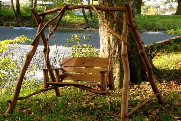 balancelle-de-jardin-originale-support-bois-flotté
