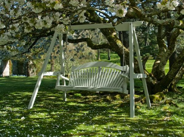 balancelle-de-jardin-sous-un-arbre-fleuri
