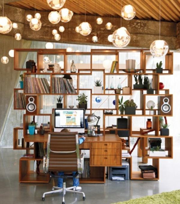 bureau-avec-étagère-lampes-rondes-suspendues