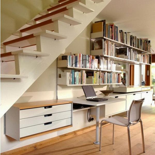 bureau-avec-étagère-un-rangement-sous-escalier