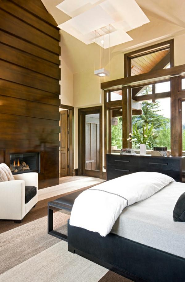 cheminée-contemporaine-et-un-mur-déco-habillé-en-bois