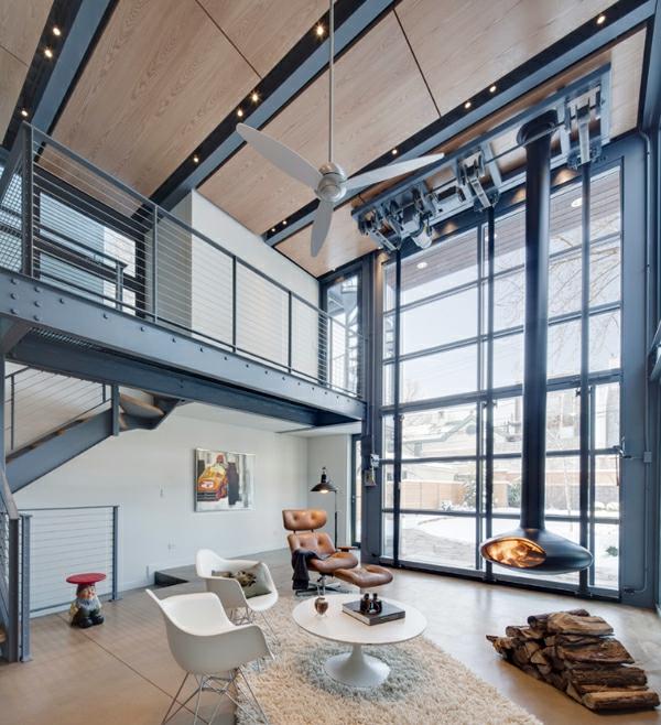 cheminée-contemporaine-foyer-suspendu-près-d'un-grand-mur-transparent
