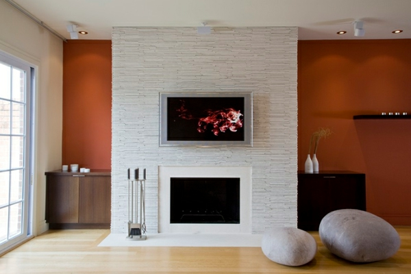 cheminée contemporaine, un habillage en tuiles blanches, meubles ...