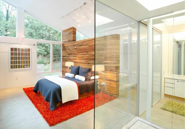 cloison-vitrée-intérieure-chambre-à-coucher-un-tapis-rouge
