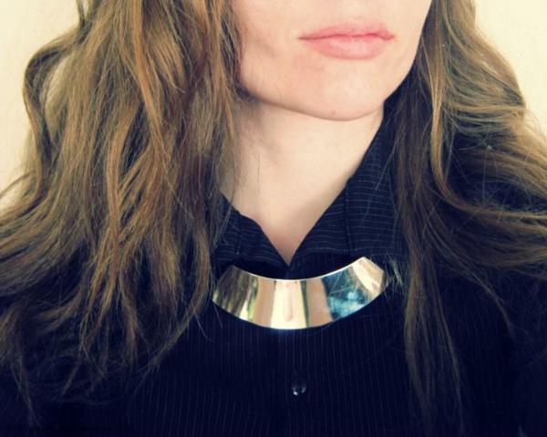collier-torque-au-dessus-d'une-chemise-noire