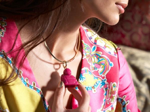 collier-torque-pendentif-plastique-en-rose