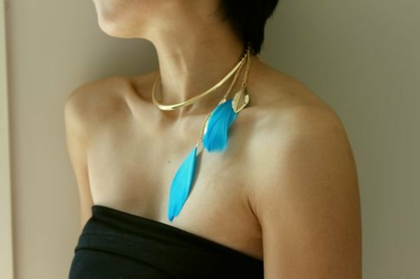 collier-torque-pendentifs-plumes-bleues