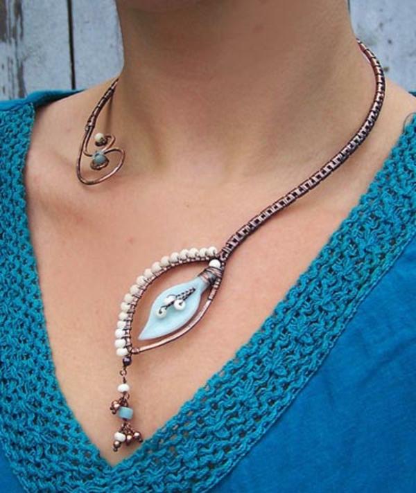 collier-torque-un-fil-tordu-bijoux-faits-à-la-main