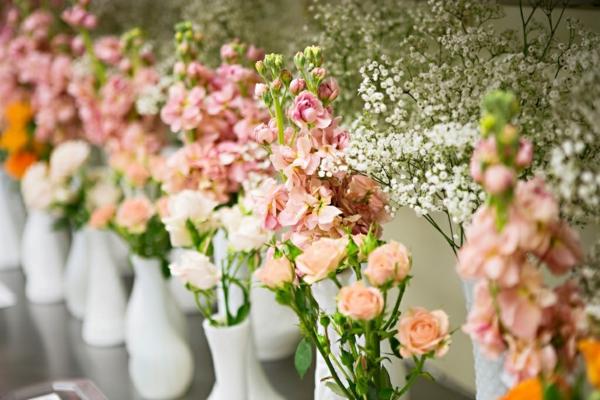 cool-design-et-décoration-floral-pour-la-table-avec-des-fleurs