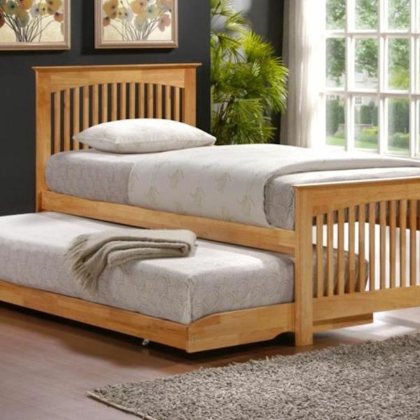 cool-doux-lit-en-bois-et-des-matela-avec-un-tapis