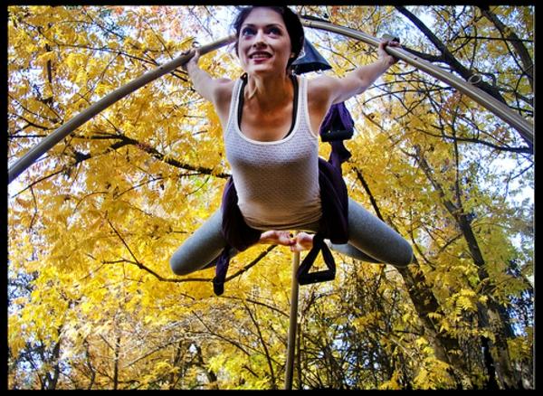 cool-idée-de-swing-yoga-exersice-à-l'extérieur