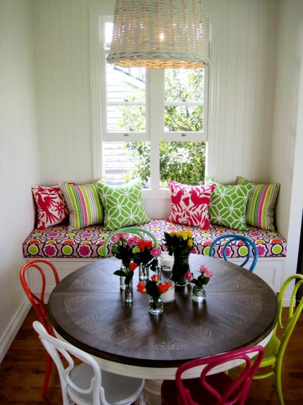 décoration-vintage-table-ronde-et-chaises-colorées-coussins-décoratifs
