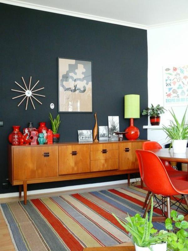 décoration-vintage-tapis-multicolore-et-chaises-rouges