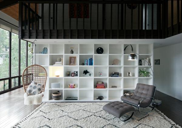 fauteuil-suspendu-étagère-murale-blanche
