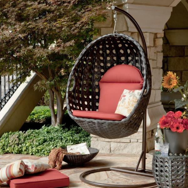 fauteuil-suspendu-en-osier-une-assise-rouge-pots-de-fleur