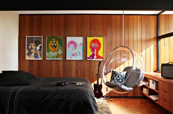 fauteuil-suspendu-mur-en-bois-chambre-à-coucher