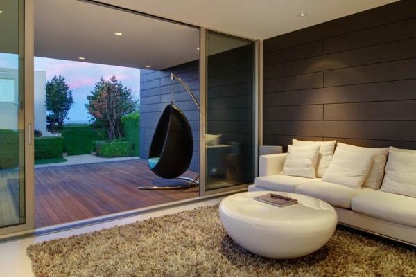 fauteuil-suspendu-noir-sofa-et-table-beige