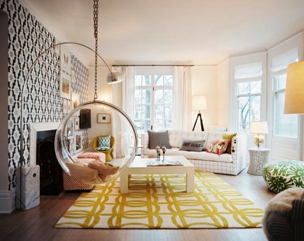 fauteuil-suspendu-salle-de-séjour-tapis-jaune-papier-peint-motifs-géométriques