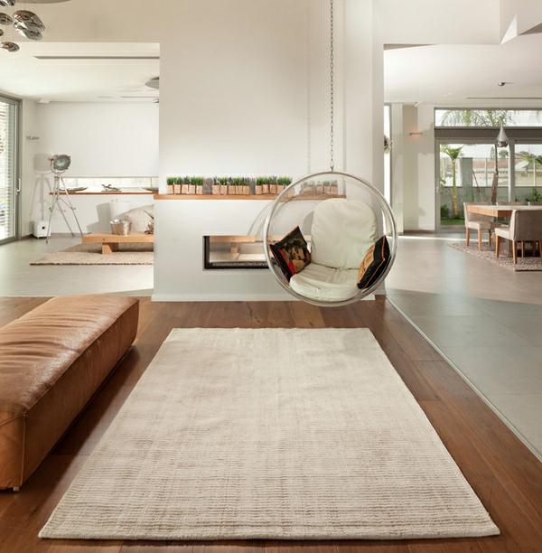 fauteuil-suspendu-sofa-en-cuivre-intérieur-à-plan-ouvert