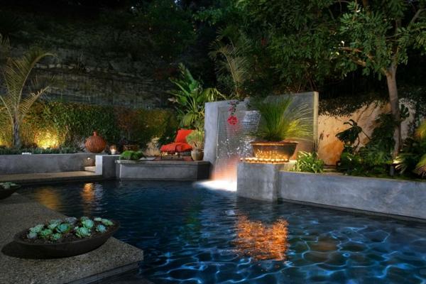 fontaine-murale-dans-un-jardin-exotique
