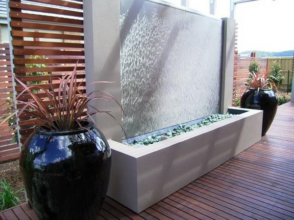 fontaine-murale-deux-grands-pots-de-fleurs-noirs