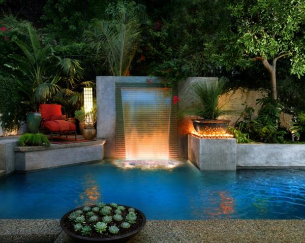 fontaine-murale-et-piscine-extérieure-miraculeuse