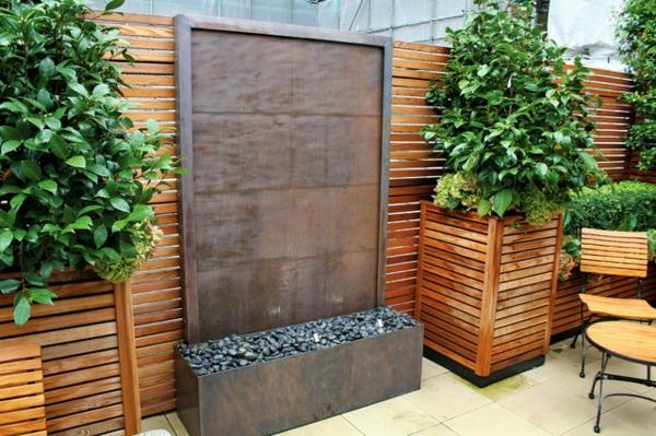 La d co ext rieure avec une fontaine murale for Separation bois pour jardin