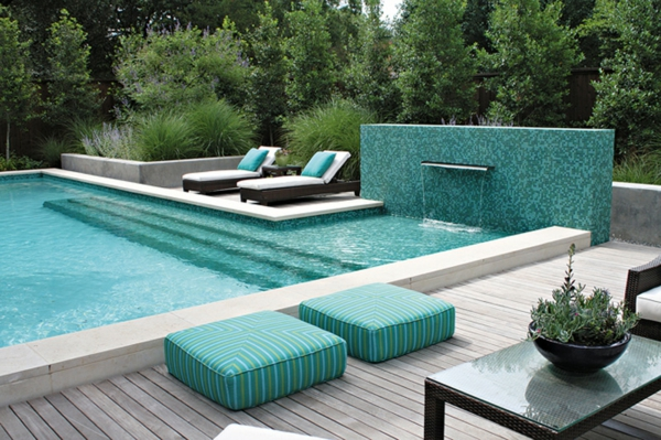 La d co ext rieure avec une fontaine murale for Piscine moderne design