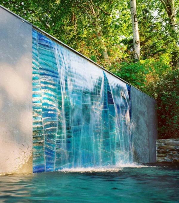 La d co ext rieure avec une fontaine murale for Piscine et jardin reunion