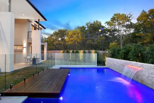 fontaine-murale-une-piscine-extérieure-rectangulaire