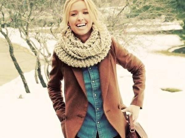 foulard-tube-beige-et-une-veste-marron
